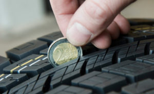 Test della moneta per verificare l'usura delle gomme